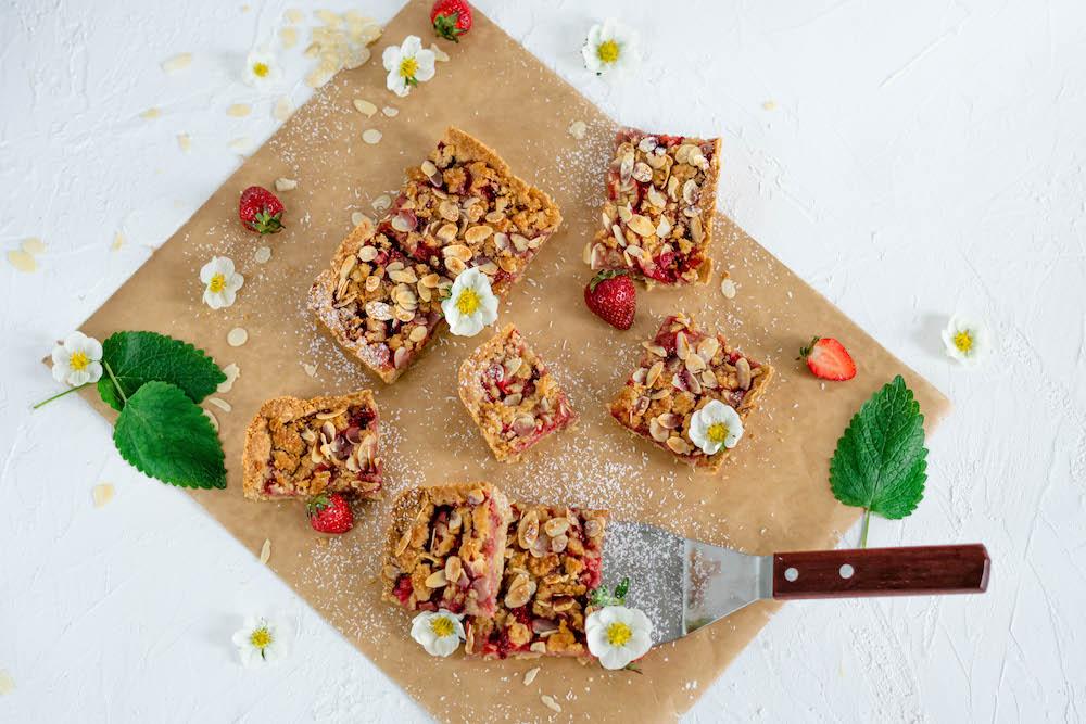 Jahodovo-kokosový koláč s cukrovou posýpkou