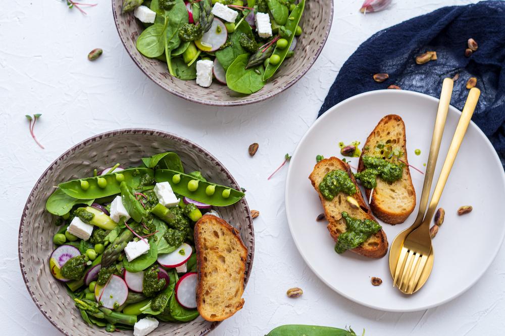 Šalát z jarnej špargle s feta syrom, mätovo-špenátovým pestom a opečenou bagetkou