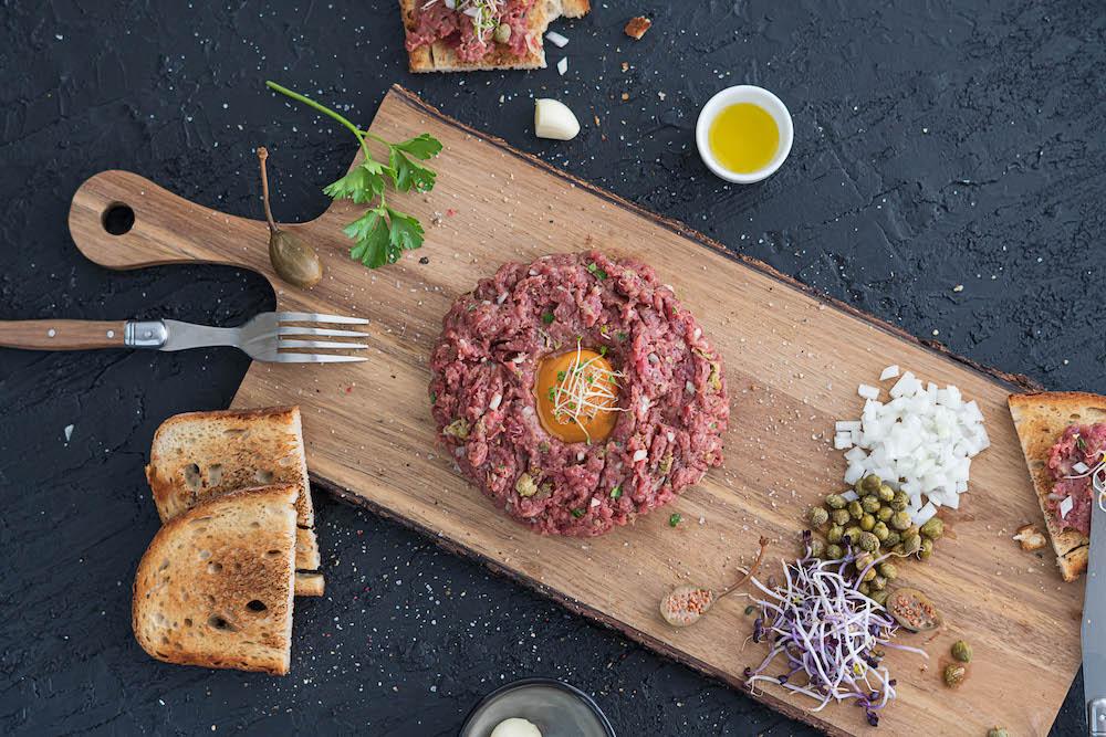 Tatársky biftek s hriankami a cesnakom