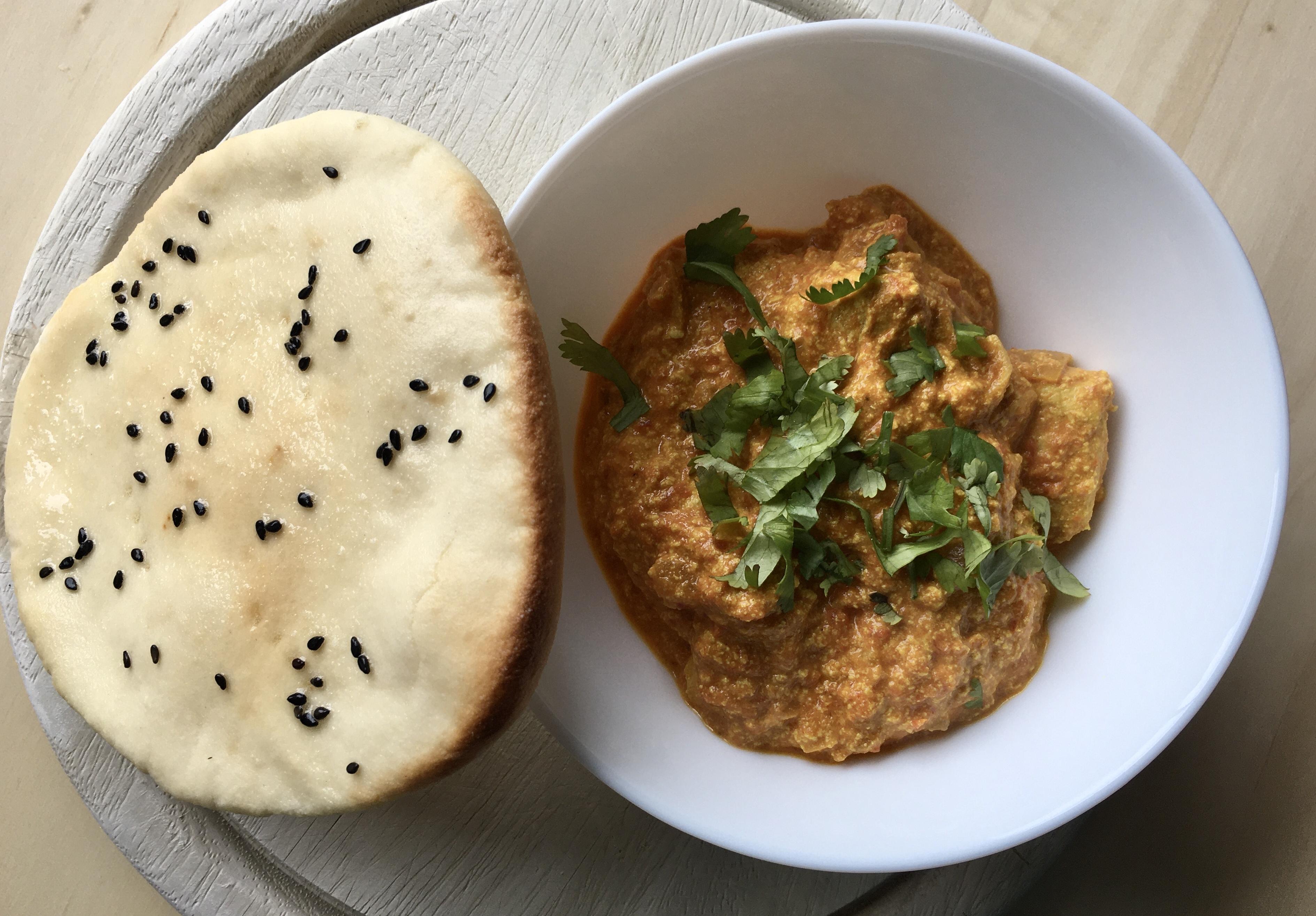 Indický bezlepkový chleba naan a kuřecí tikka masala