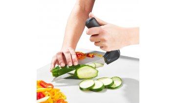 Nůž se zahnutou rukojetí na krájení zeleniny pro seniory