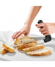 Nůž se zahnutou rukojetí na krájení chleba pro seniory