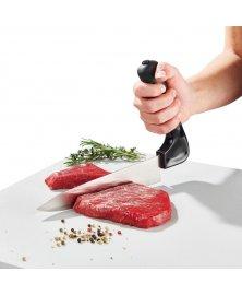 Nůž se zahnutou rukojetí na krájení masa pro seniory