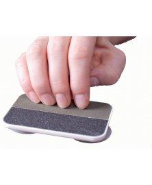 Pilník na nehty na pevné podložce pro osoby s pohyblivou jednou rukou