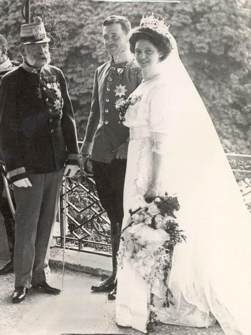800px-Hochzeit_Erzh_Karl_und_Zita_Schwarzau_1911bb