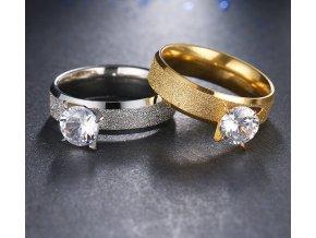Zlatý prsten z pískované chirurgické oceli s lesklým zirkonem SR000037