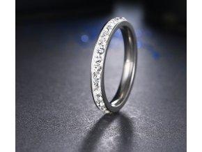 Decentní prsten z chirurgické oceli s malými zirkonky s bílým pozadím SR000049