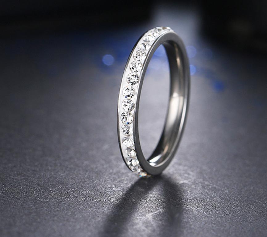 c98fb3beb Ziskoun Decentní prsten z chirurgické oceli s malými zirkonky s bílým  pozadím SR000049 Velikost: 6