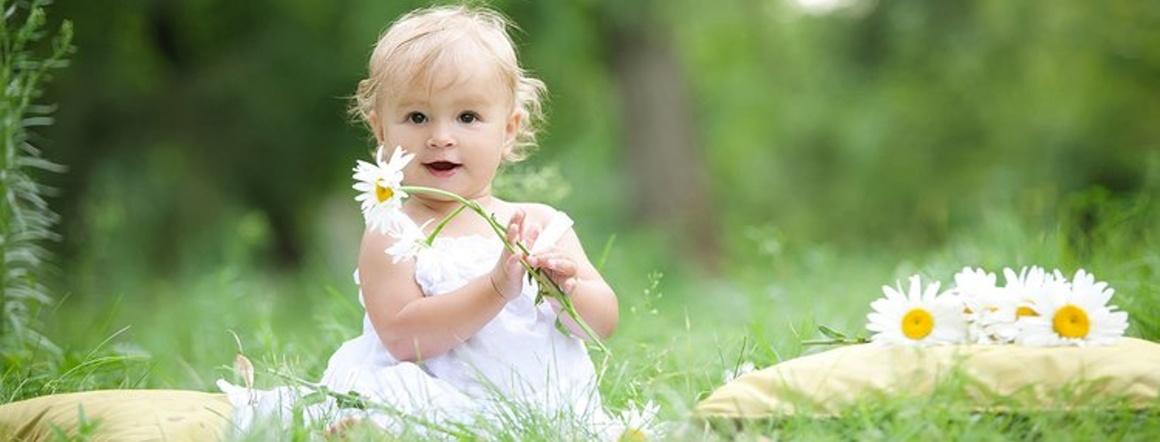 Dítě s květinou
