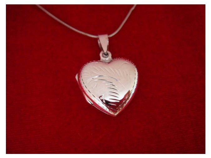 Stříbrný otevírací medailonek s ornamentem - srdíčko (Medailonek s rytinou)