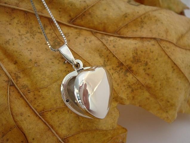 Stříbrný otevírací medailonek - srdíčko Medailonek bez rytiny: Bez rytiny