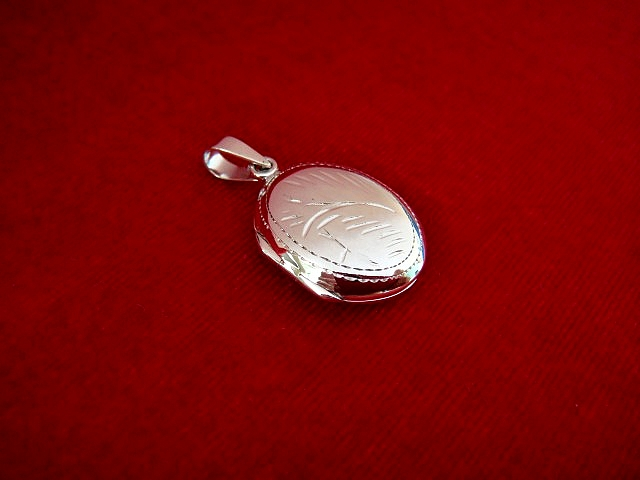 Stříbrný otevírací medailonek s ornamentem Medailonek bez rytiny: Bez rytiny