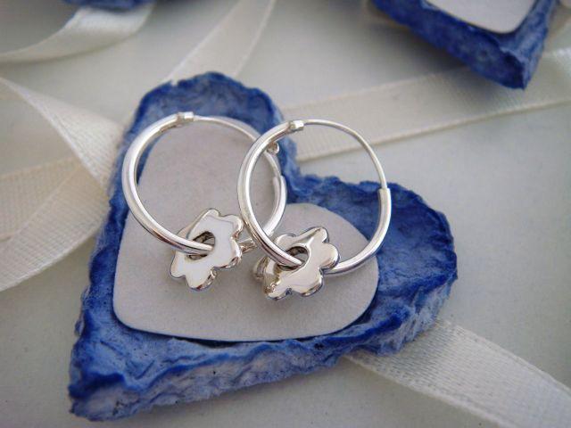 Stříbrné kroužky s květinkou