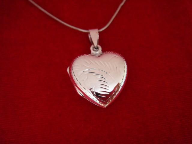 Stříbrný otevírací medailonek s ornamentem - srdíčko Medailonek: bez rytiny