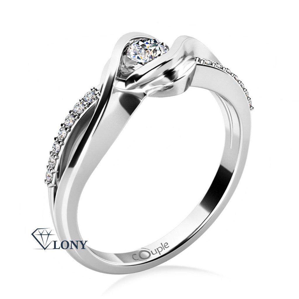 Zásnubní prsten Moniq je šperk, který Vaší milované doslova učaruje. Rafinovaně se proplétajícím liniím bílého zlata vévodí výrazná korunka s jiskrným zirkonem. Eleganci šperku ještě násobí dvě řady jemně vypracovaných kamenů vsazených do obroučky.