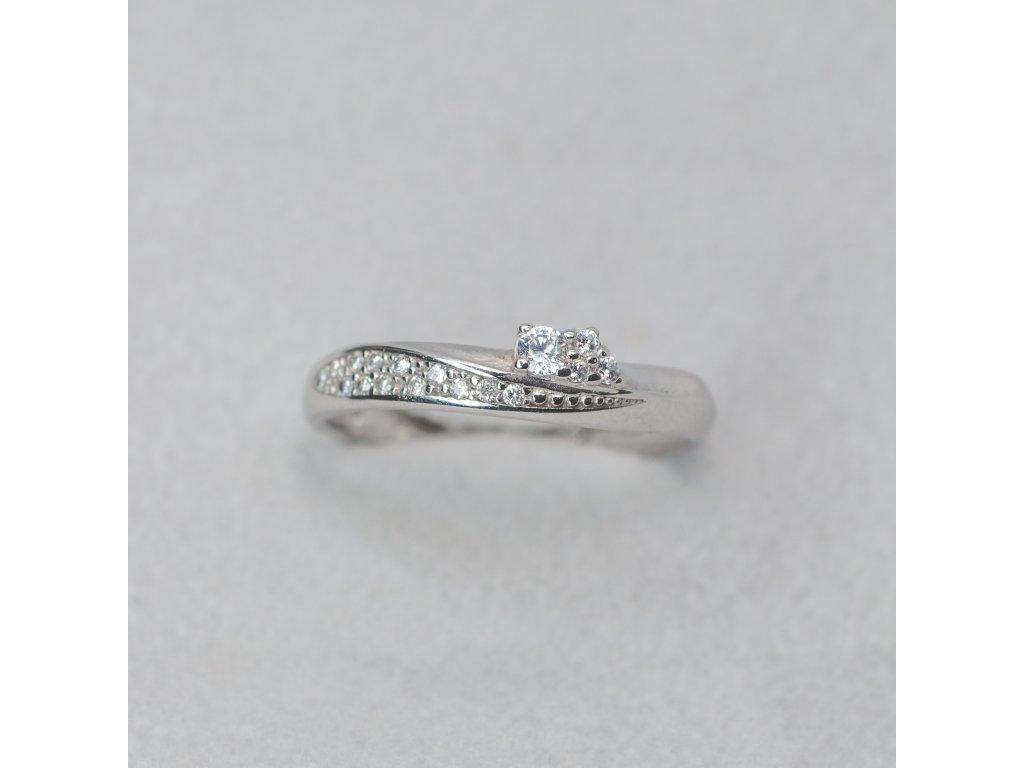 Prsten s bílého zlata a zirkony, vel. 53