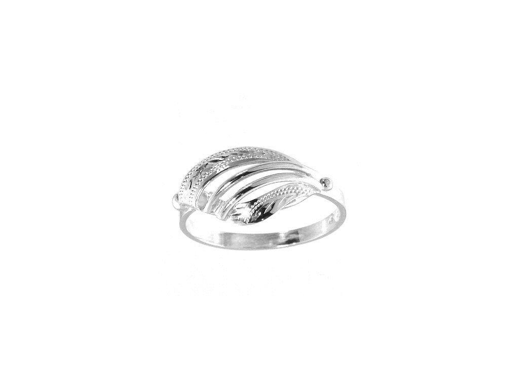Zlatý prsten s jemnou rytinou