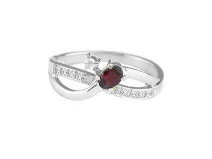 Prsten z bílého zlata s kamenem rubínu doplněný brilianty