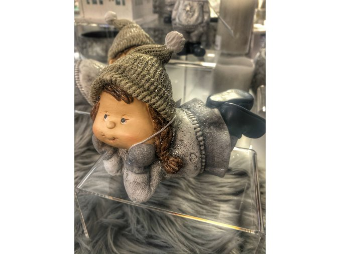 vánoční figurka děvčátko ležící