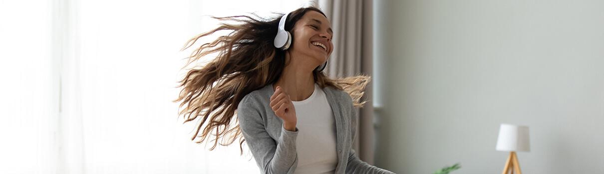 tančící žena se sluchátky