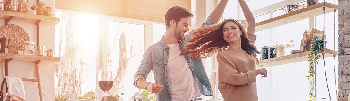 tančící pár v kuchyni