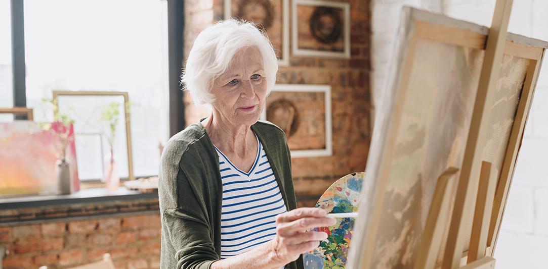 seniorka-maluje-u-stojanu