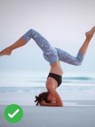 žena cvičí jógu na pláži