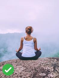 žena medituje na skále