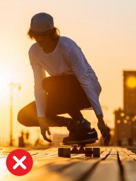 Skateboardista při západu slunce