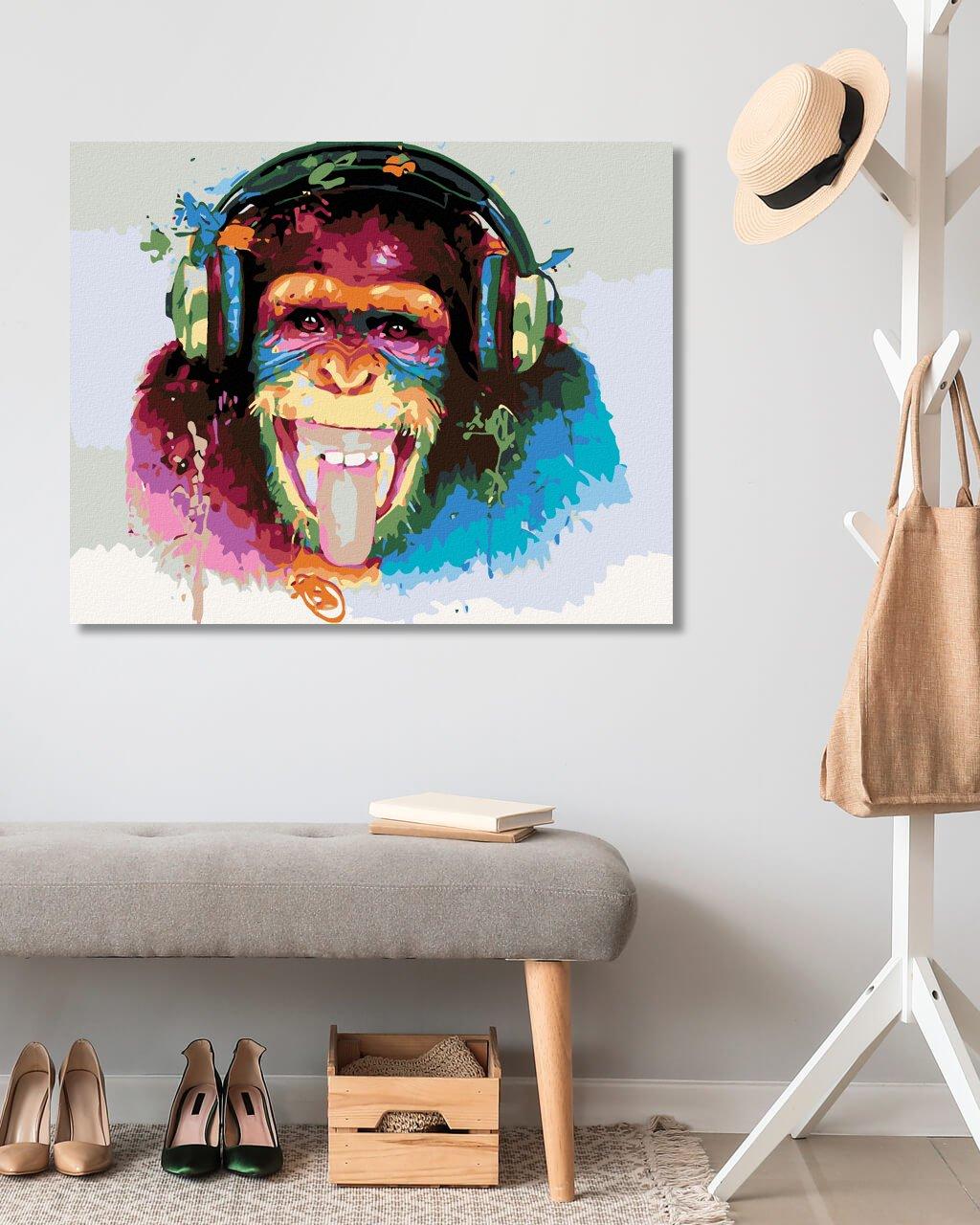 Opica so slúchadlami
